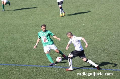 Óscar Valero conduce un balón ante la mirada de un jugador de la U.D. Salamanca
