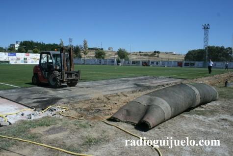 Cesped artificial del campo de fútbol