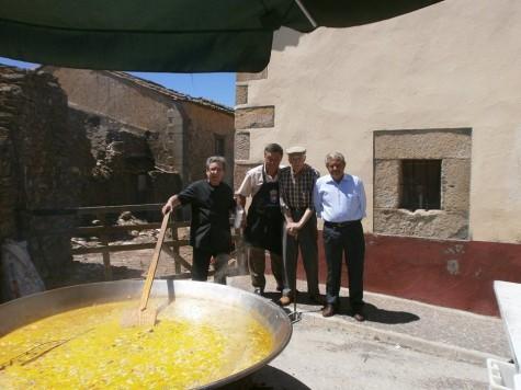Paella popular en Salvatierra. Foto Jesús Merino