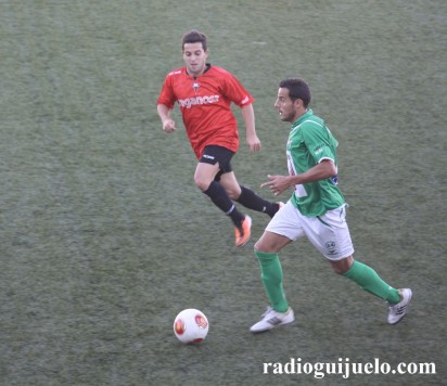 Carlos Rubén conduce el balon ante un jugador del Racing de Ferrol copia