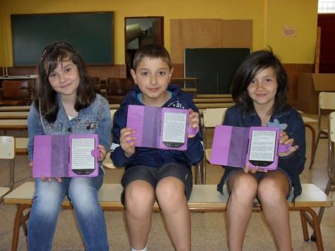 Niños del Miguel de Cervantes con los e-books. Foto Colegio Miguel de Cervantes