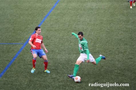 Chuchi con el balón ante un jugador del Ourense