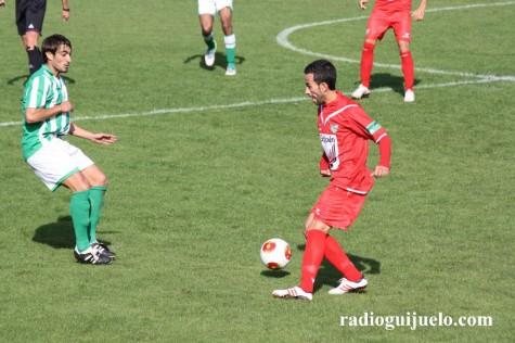 Chuchi conduce un balón ante un jugador del Noja