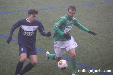 Ángel Martínez disputa un balón ante un jugador del Marino de Luanco