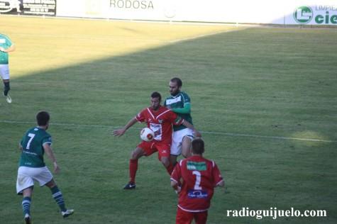 Manu Moreira controla un balón ante un jugador del Coruxo en O Vao