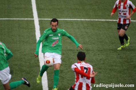 Chuchi ante un jugador de la S.D. Logroñés. Foto archivo.
