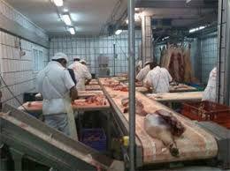 Trabajadores en un matadero de Guijuelo. Foto archivo.