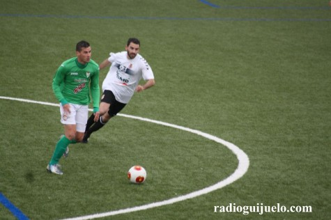 Razvan ante un jugador de la Cultural Leonesa