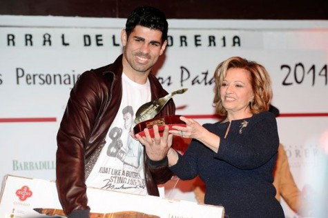 Diego Costa recibe el premio Pata Negra. Foto Revista Semana