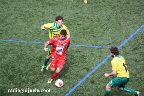 Néstor conduce el balón ante un jugador del Tropezón