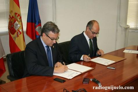 Firma del convenio entre Diputación y Ayuntamiento de Guijuelo para la finalización del Ayuntamiento