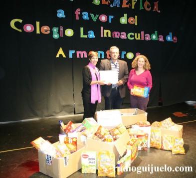 Entrega de los alimentos y dinero de la gala benérfica a favor del colegio de Armenteros