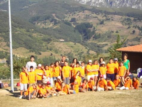 Jóvenes en el campamento de Bareyo. Foto archivo