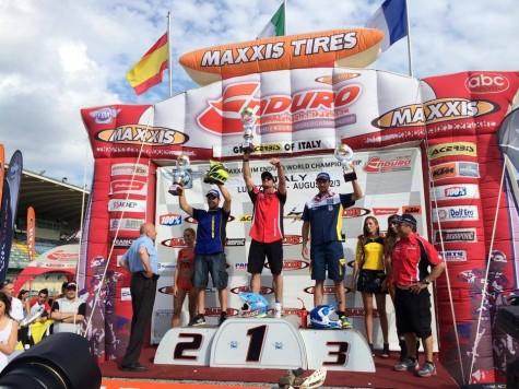 Lorenzo Santolino en el segundo cajón del podium. Foto facebook Lorenzo Santolino