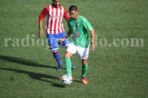 Garban controla un balón ante un jugador del Sporting B