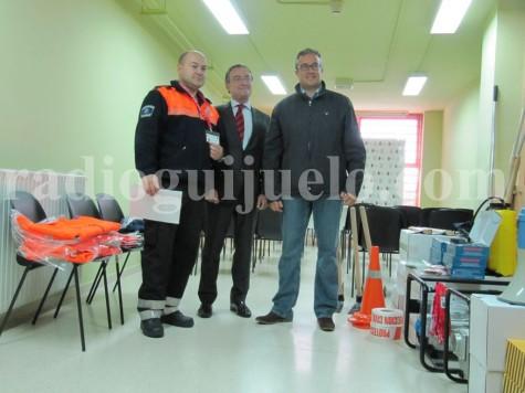 Rafael Martínez, Fernando Salguero y Julián Ramos en el acto de entrega de material a la agrupación de Protección Civil de Guijuelo