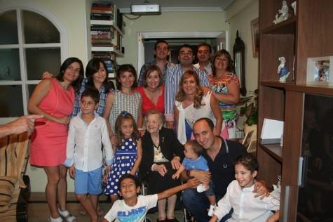 Dolores Sánchez con parte de su familia en su 101 cumpleaños. FOTO: Félix Hinojal