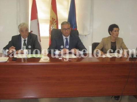 El subdelegado del Gobierno en Salamanca, Javier Galán junto al alcalde de Guijuelo, Julián Ramos y la teniente de alcalde Carmen Cortés en el salón de plenos de Ayuntamiento de Guijuelo