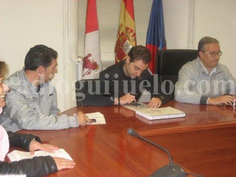 El concejal de Economía, Luis Picado, en el centro, en el Pleno Municipal celebrado en el Ayuntamiento de Guijuelo