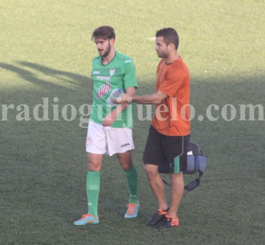 Raul Ruiz se retira del terreno de juego por lesión.