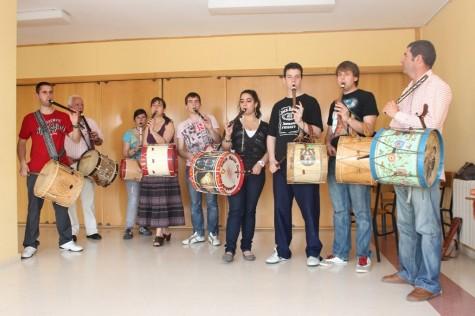 El Mariquelo con los alumnos de Doñinos. Foto Diputación de Salamanca.