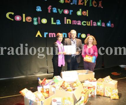 Entrega de los alimentos y dinero de la gala benéfica realizada en Guijuelo a favor del Colegio La Inmaculada de Armenteros. Foto archivo.
