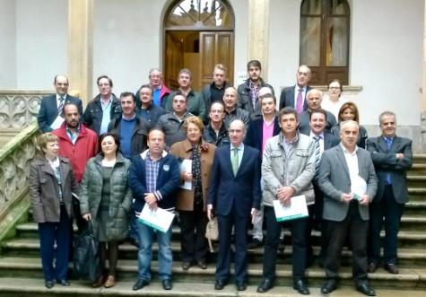 Javier Iglesias y los alcaldes de los municipios que participan en el programa Crecemos. Foto Salamancartv