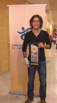 El atleta David Alejandro con su premio. Foto D.A.