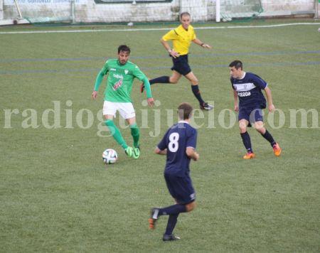 Carlos Rubén conduce el balón ante la mirada de un jugador del Marino de Luanco