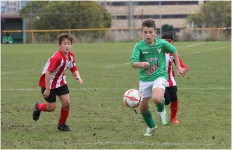 Richi, jugador del Alevín A del C.D. Guijuelo conduce un balón en el campo La Salud. Foto La Gaceta.