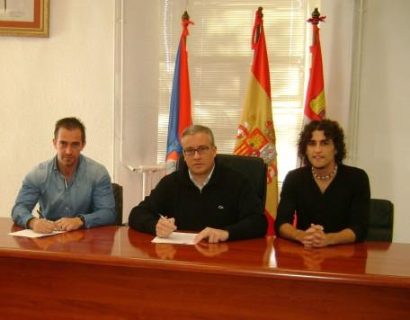 Firma del convenio entre el Ayuntamiento de Guijuelo y el club de atletismo de Velocistas Salmantinos.