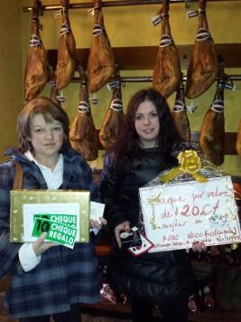 María del Carmen Muñoz ganadora de la cesta mostrada en Nuria Martín.