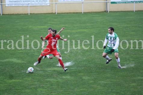 Óscar Valero ante un jugador del Somozas.