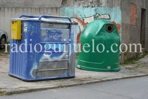 Contendederos de reciclaje de papel y vidrio.
