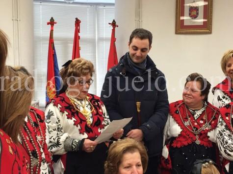 La Aguedera  Benita García junto al teniente alcalde Luis Picado
