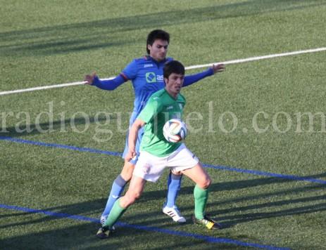 Lambarri controla un balón ante la presencia de un jugador del Real Oviedo.