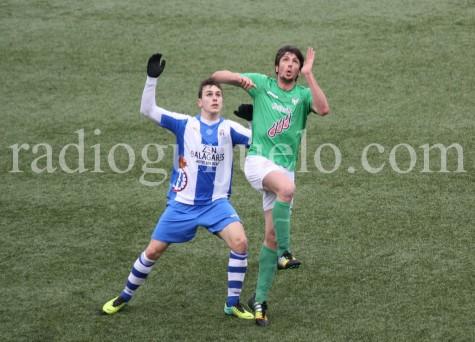 Lambarri lucha un balón ante un jugador del Avilés.