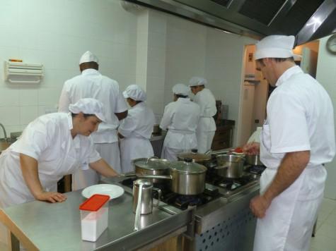 Trabajadores en una cocina. Foto Caritas.