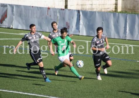 Ramiro conduce un balón ante los jugadores de la Cultrual Leonesa.