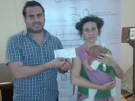 Entrega del primer cheque bebé en San Esteban de la Sierra en julio de 2013.