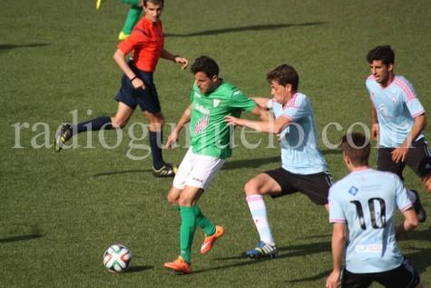 Carlos Rubén ante un jugador del Celta B. Foto archivo.