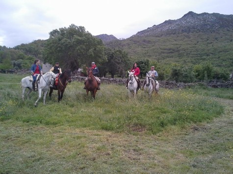 Concentración ecuestre en Sanchotello. Foto b. a caballo.