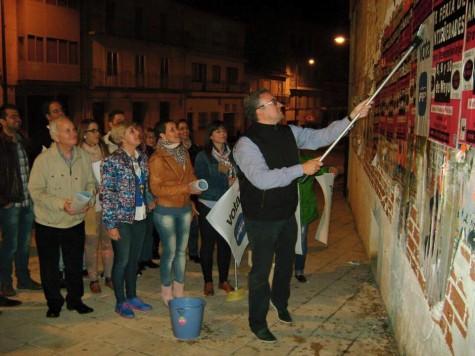 Pegada de carteles por parte de los miembros y simpatizantes del PP de Guijuelo. Foto PP Guijuelo.