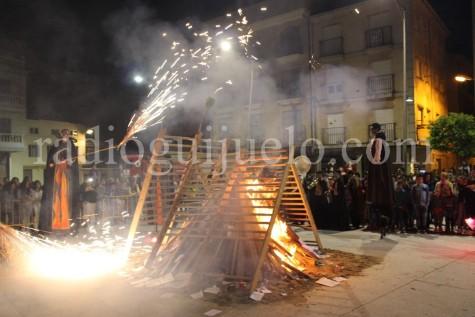 Hoguera de San Juan en la plaza Mayor.