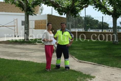 La teniente de alcalde en funciones Carmen Cortes junto al técnico municipal Juan Antonio Martín en las piscinas Municipales