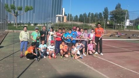 Alumnos del Miguel de Cervantes en las pistas municipales de tenis. Foto Miguel de Cervantes.