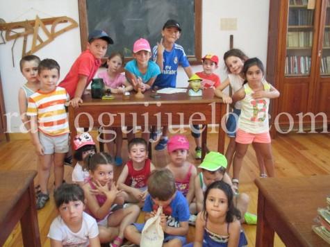 Ninos y niñas de la Ludoteca en las escuelas de Cabezuela.