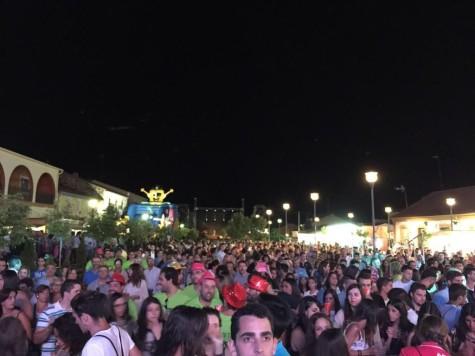 Público presente en la plaza Mayor de Campillo. Foto London de Campillo