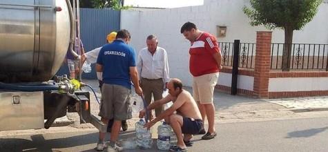 Vecinos rellenando garrafas de agua de un camión cisterna. Foto ideal.es