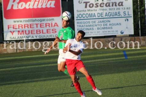 Ángel Lerma disputa un balón en el encuetro de ayer.